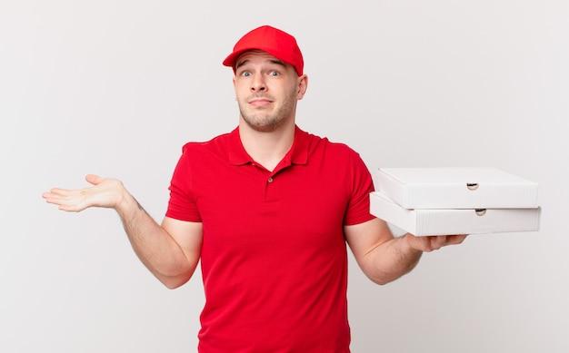 Pizza bezorgt man die zich verward en verward voelt, twijfelt, weegt of verschillende opties kiest met grappige uitdrukking