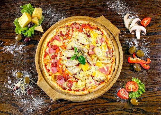 Pizza bovenaanzicht met ingrediënten op hout