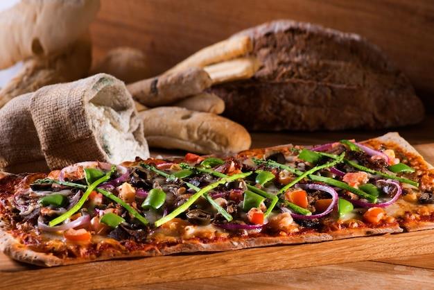 Pizza en brood hout achtergrondafbeelding