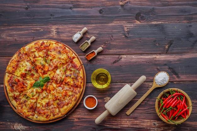 Pizza en ingrediënten op houten met copyspace.