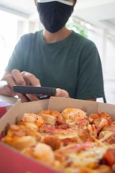 Pizza fastfood op kantoor, stockfoto