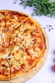 Pizza gegarneerd met extra kaas en kruiden