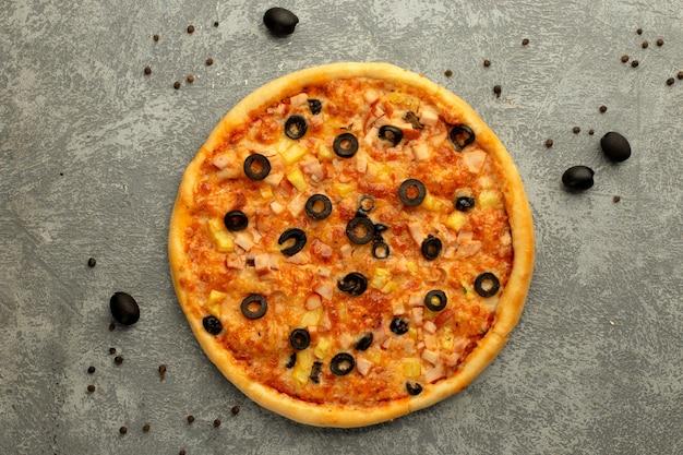Pizza gegarneerd met gesneden olijf