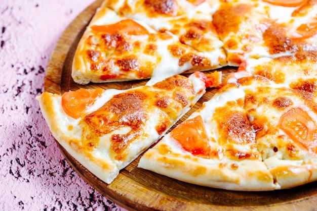 Pizza gegarneerd met tomaat