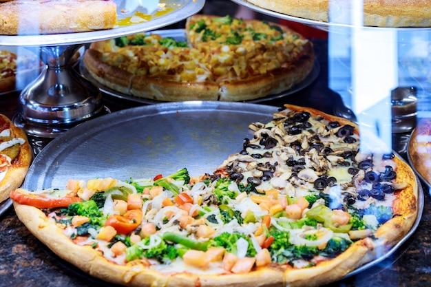 Pizza haal stukken weg op een kraam