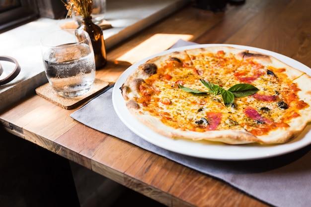 Pizza ham spek op de tafel