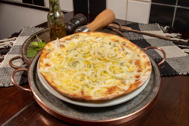 Pizza in braziliaanse stijl met mozzarella, kaas, ui, bovenaanzicht