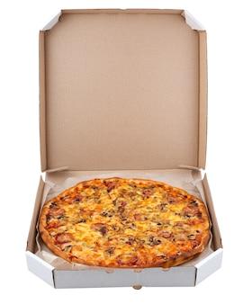 Pizza in een doos die op witte achtergrond wordt geïsoleerd