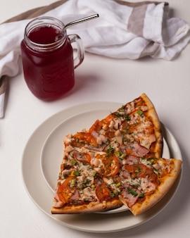 Pizza in het assortiment. pizzaplakken met vlees, champignons, tomaten en andere groenten. italiaanse pizza