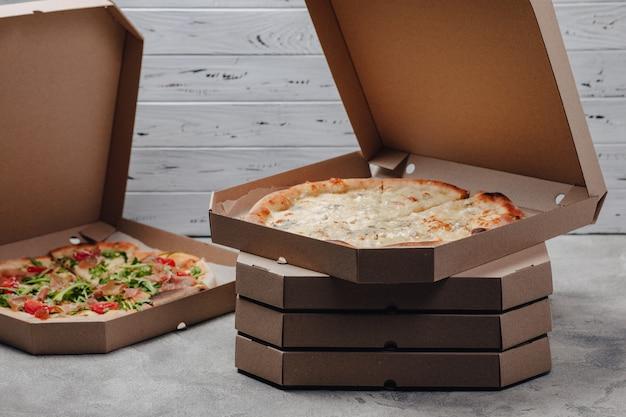 Pizza in verpakkingen, concept van voedselbezorging