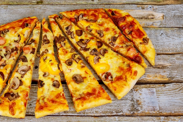 Pizza is heerlijk op de houten tafel.