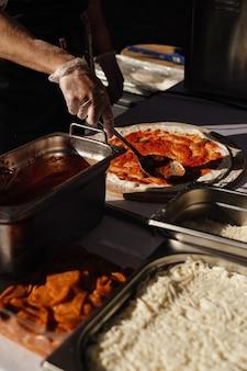 Pizza koken in de open lucht, evenementencatering, buitenshuis