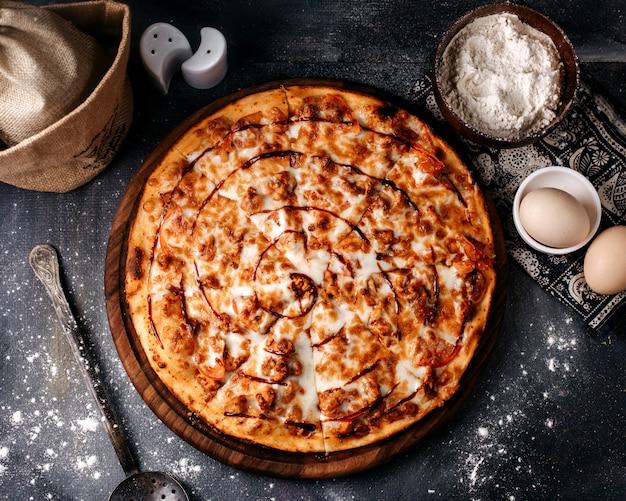 Pizza lekker met kaas op het lichte oppervlak