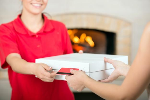 Pizza levering vrouw die betaling ontvangt. detailopname.