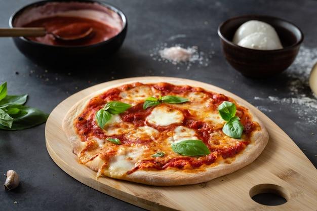Pizza margherita op zwarte steen
