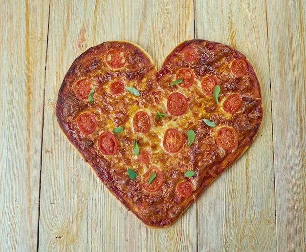Pizza margherita - typische napolitaanse pizza, gemaakt met san marzano-tomaten, mozzarella