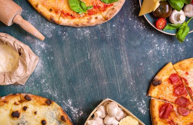 Pizza met diverse toppings en ingrediëntenachtergrond.