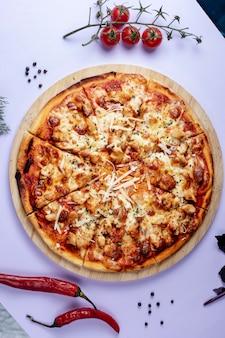 Pizza met extra kaas en gedroogde kruiden