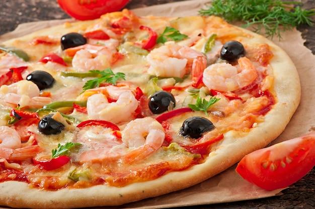 Pizza met garnalen, zalm en olijven