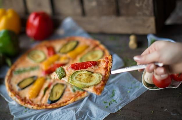 Pizza met gebakken worst en paprika