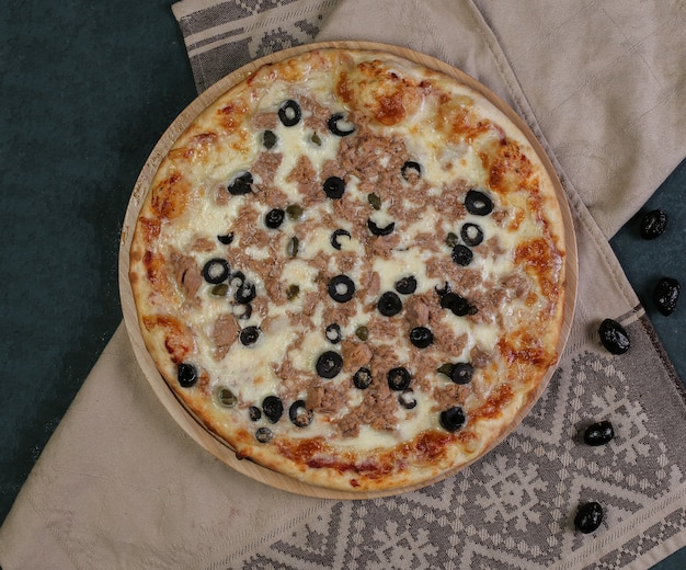 Pizza met gehakt vlees en zwarte olijven