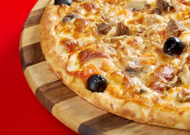Pizza met gemberrundvlees. italiaanse keuken. studio