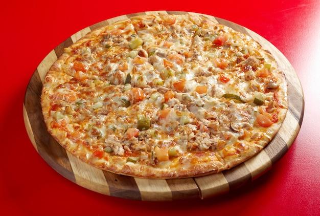 Pizza met gerookte kip. italiaanse keuken. studio