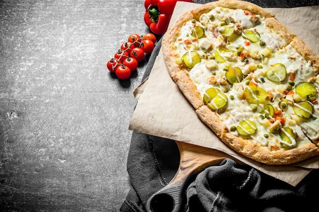 Pizza met groenten en kaas. op rustiek
