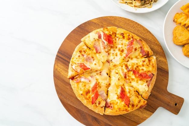 Pizza met ham en krabstick of hawaiiaanse pizza
