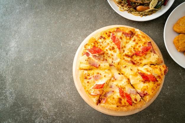 Pizza met ham en krabstick of hawaiiaanse pizza Premium Foto