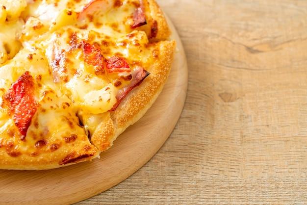 Pizza met ham en krabstick