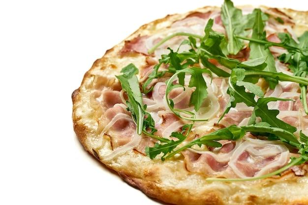 Pizza met ham en rucola, saus en gesmolten kaas, knapperige kanten geïsoleerd op een witte achtergrond