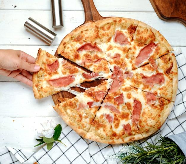 Pizza met ham op tafel