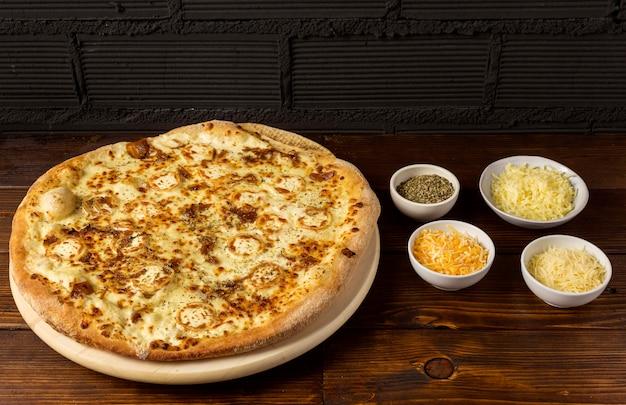 Pizza met hoge hoek, kaas en gedroogde kruiden