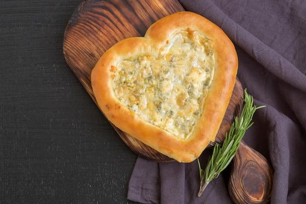 Pizza met kaas dorblu in de vorm van een hart op valentijnsdag