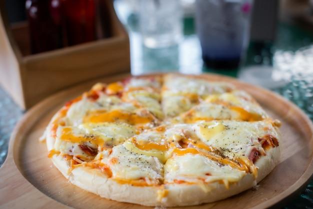 Pizza met kaas, ham en ananas