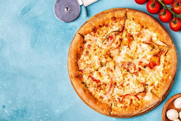 Pizza met kip en ananas