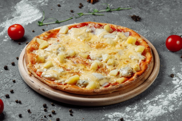 Pizza met kipfilet, ananas en mozzarellakaas