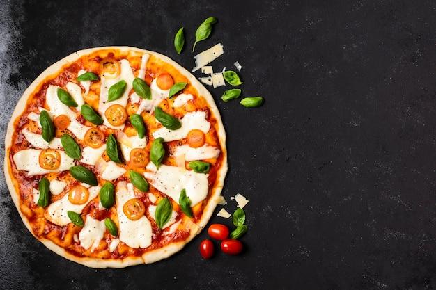 Pizza met kopie ruimte op zwarte tafel