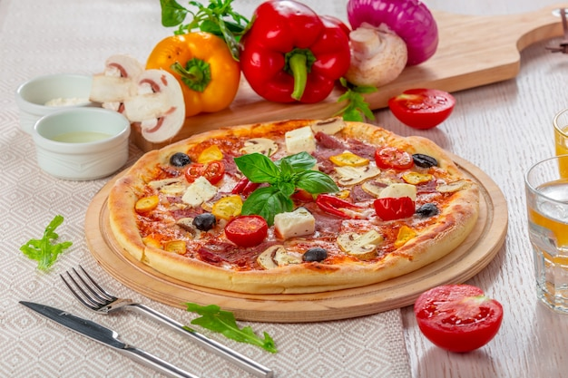 Pizza met mozzarella en cherry tomaten