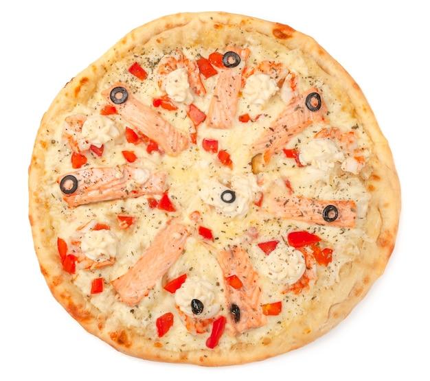 Pizza. met mozzarella kaas, zalmfilet, tijgergarnalen, plakjes tomaat, olijven, roomkaas. uitzicht van boven. witte achtergrond. geïsoleerd.