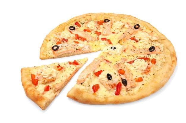 Pizza. met mozzarella kaas, zalmfilet, tijgergarnalen, plakjes tomaat, olijven, roomkaas. van pizza wordt een stuk afgesneden. witte achtergrond. geïsoleerd. detailopname.