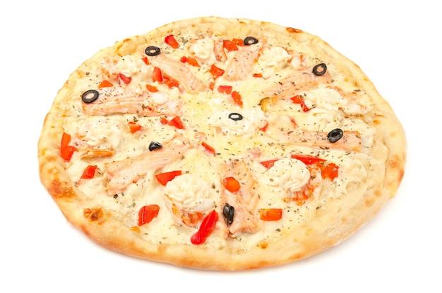 Pizza. met mozzarella kaas, zalmfilet, tijgergarnalen, plakjes tomaat, olijven, roomkaas. witte achtergrond. geïsoleerd. detailopname.