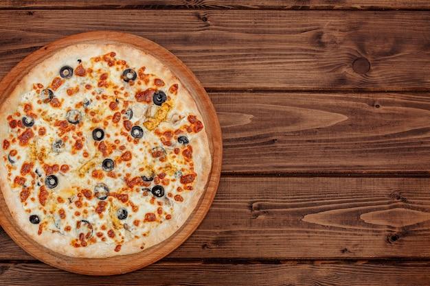 Pizza met mozzarellakaas, kip, olijven, kruiden. italiaanse pizza