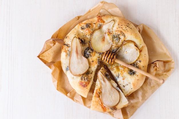 Pizza met peer en gorgonzola