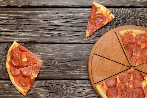 Pizza met pepperoni, mozzarella en tomatensaus