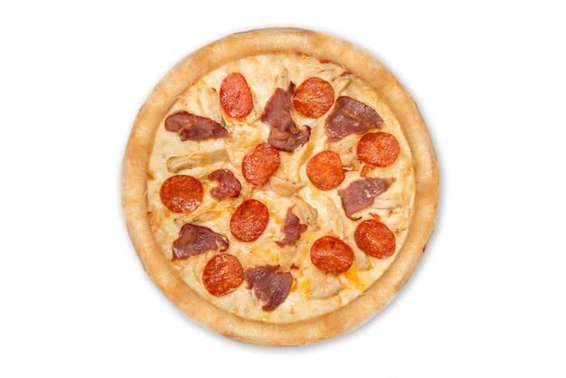 Pizza met pepperonis en ham die op witte achtergrond wordt geïsoleerd. bovenaanzicht