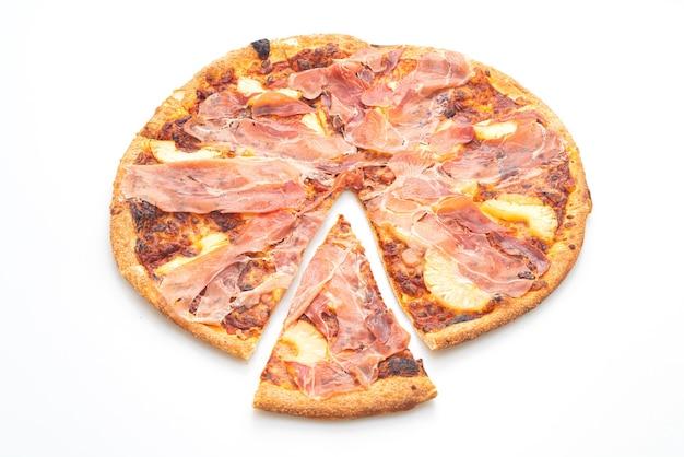 Pizza met prosciutto of parmaham pizza geïsoleerd op een witte achtergrond