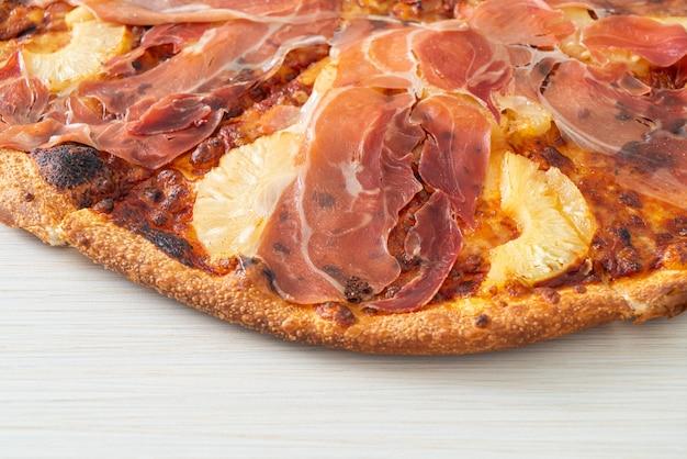 Pizza met prosciutto of parmaham pizza - italiaans eten