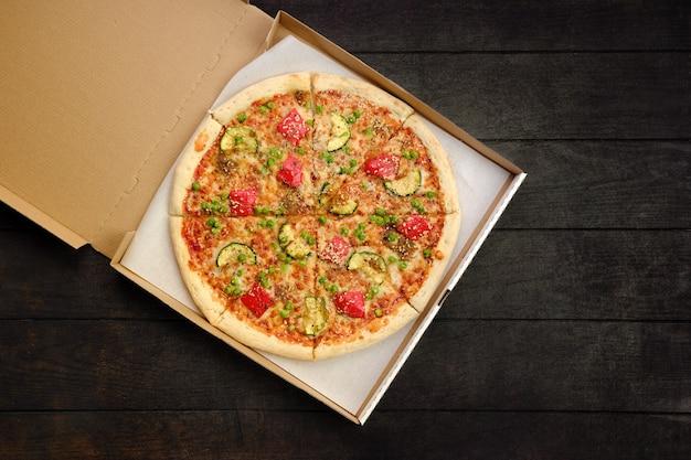 Pizza met rundvlees, courgette, paprika en doperwt in meeneemverpakking
